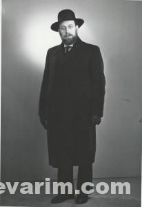 Schochet Dov Yehuda Standing